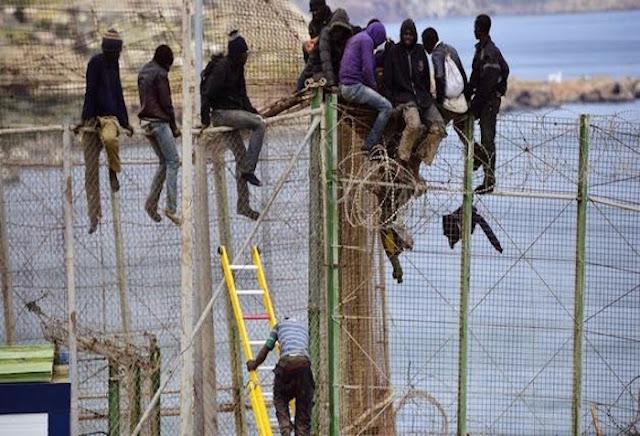 Nueve inmigrantes acogidos en Ceuta tras siete horas encaramados a la valla