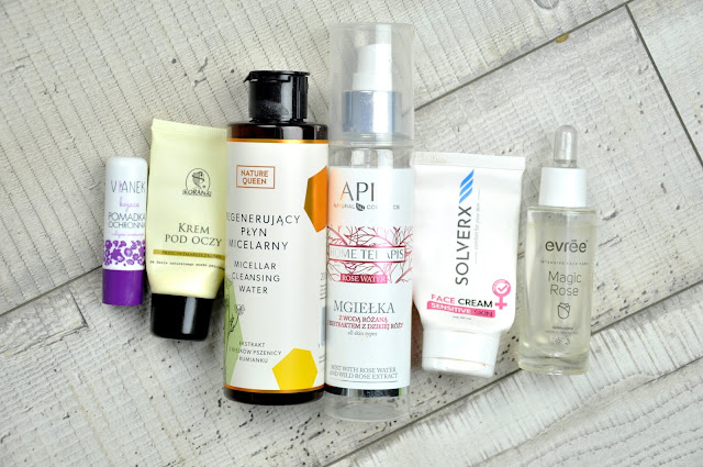 pomadka ochronna kojąca do ust vianek, przeciwzmarszczkowy krem pod oczy korana, regenerujący płyn micelarny nature queen micellar cleansing water, mgiełka apis home therapis, krem do twarzy solverx face cream sensitive cream