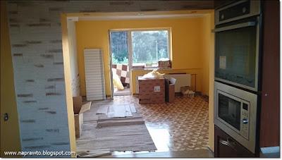 widok na pokójk z kuchni
