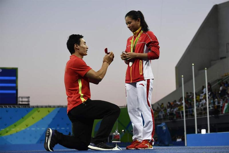 Boyfriend of Chinese swimmer proposes to her after Olympic victory