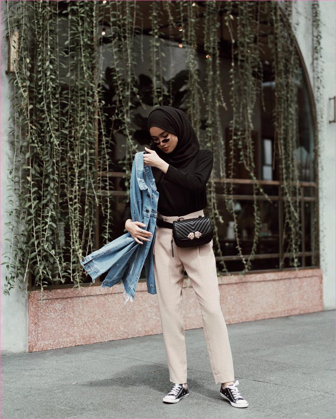 Outfit Untuk Remaja Berhijab Yang Mempunyai Tubuh Pendek Tapi Mau Kelihatan Tinggi 2018 sneakers kets slingbags mangset hijab pashmina rawis kacamata bulat hitam celana bahan jaket denim ootd trendy 2018 outfit selebgranm