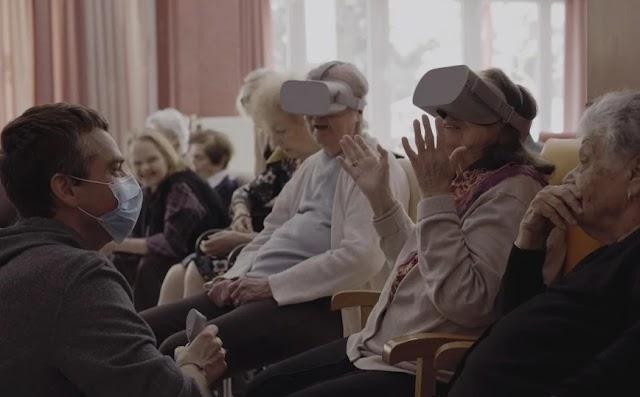 «Μέσα από το τζάμι»: Η γλυκόπικρη καθημερινότητα στο γηροκομείο εν μέσω πανδημίας
