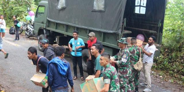 Satgas Yonif RK Salurkan Bantuan Gempa di Kairatu Maluku