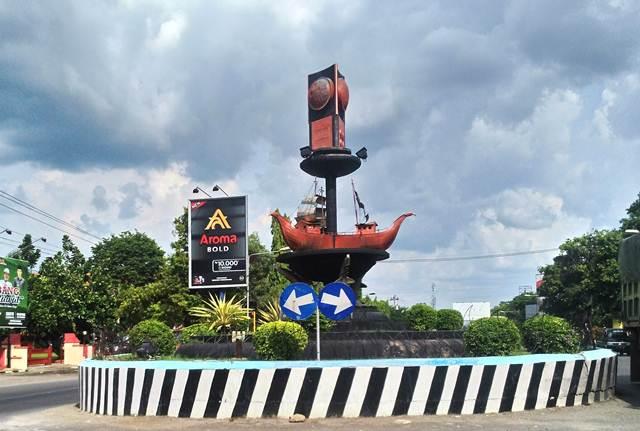 [[FOTO] Tugu Adipura Rembang - Yang Ditabrak Kok Disalahkan!