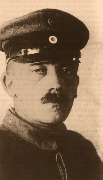 Durante los años veinte era habitual ver a Hitler en pantalón corto. Pero a  medida que se fue haciendo más notorio f2da2d8140c