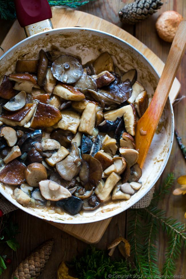 grzyby po mazursku duszone z jałowcem, miodem i śmietaną