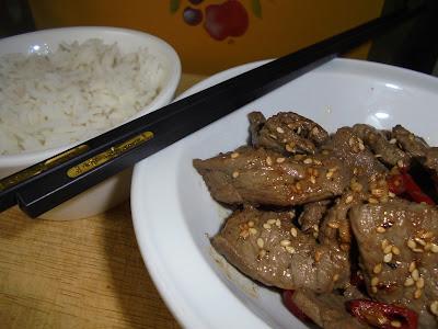 Filete de ternera con semillas de sesamo salsa de pescado salsa de soja aceite de sésamo cocina tailandesa