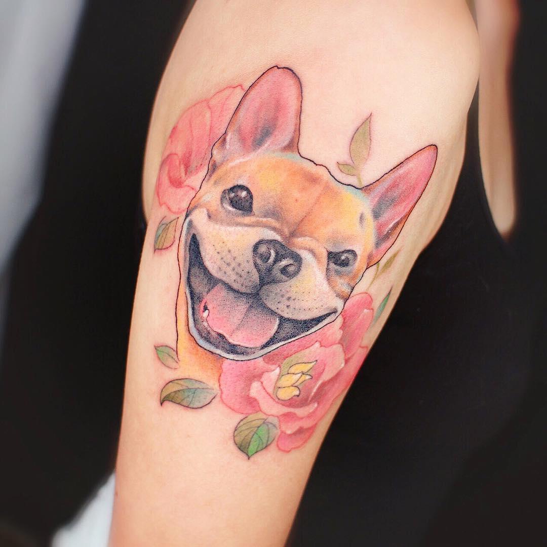 Una foto de tatuaje de perrito en colores