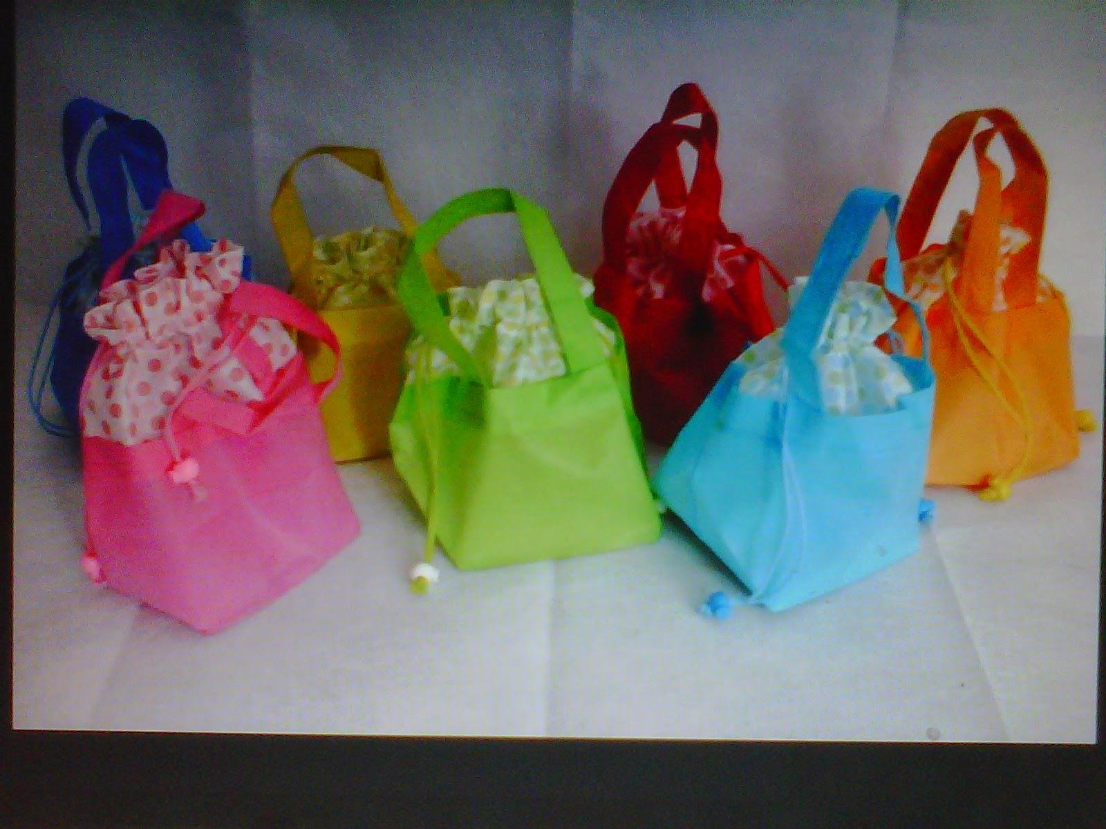 http://souvenirpernikahantop.blogspot.com/2013/04/souvenir-pernikahan-terbaru-taplak-meja.html