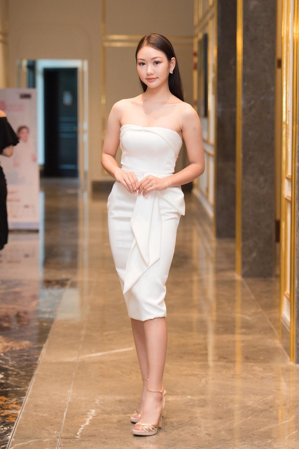 Hoa khôi Ngoại thương và thí sinh Hoa hậu Việt Nam 2020 ở vòng sơ khảo
