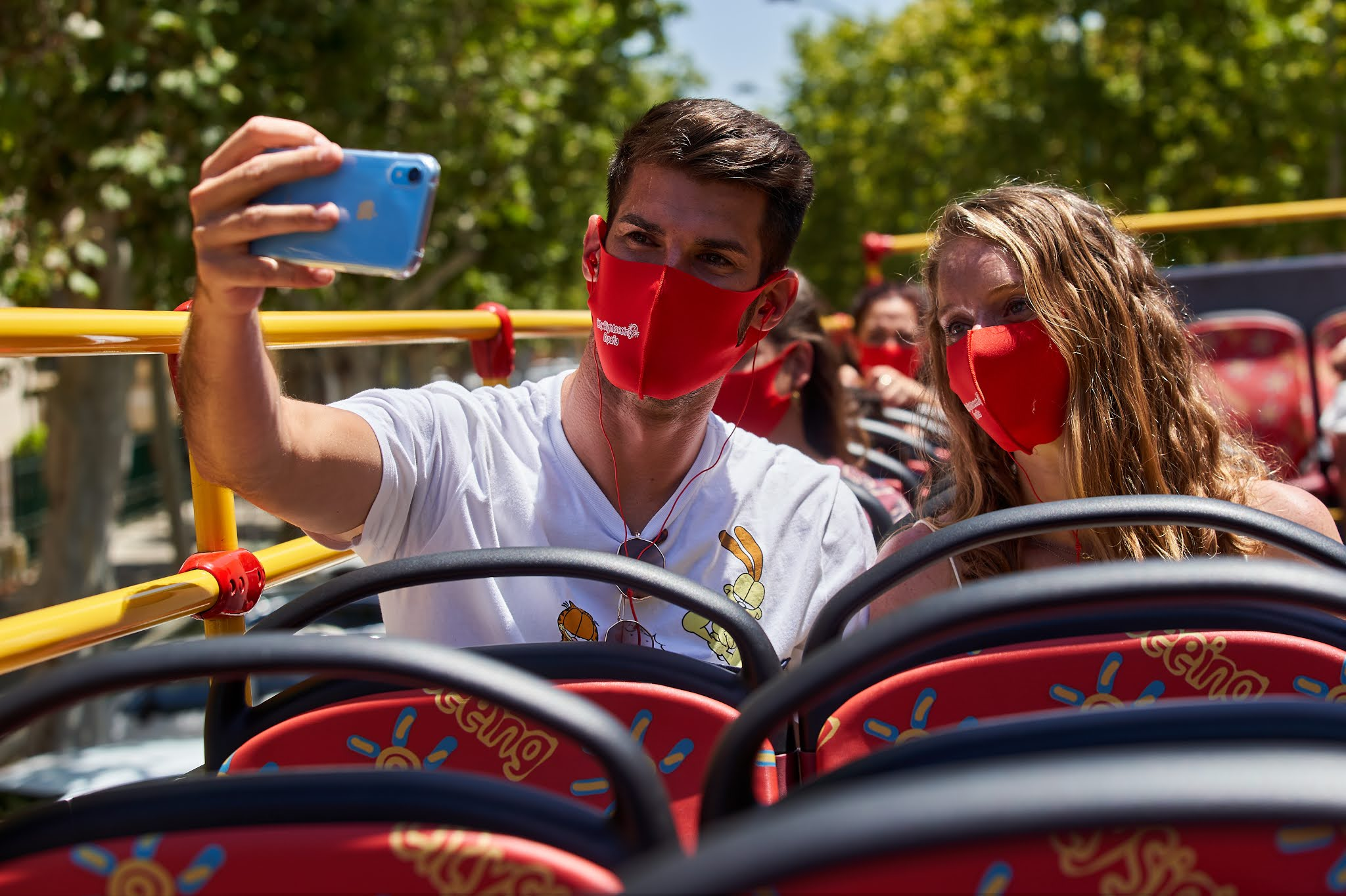 dos jovenes disfrutan tour mascarillas City Sightseeing