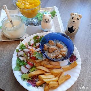 Kurczak (ten sam) z frytkami, sałatką warzywną z sosem czosnkowym i brzoskwinią w kompocie na deser.