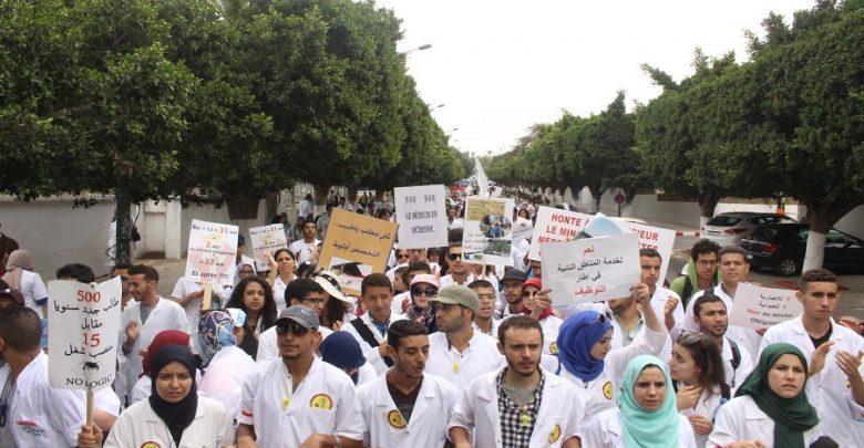 بعد فشل مفاوضاتهم مع الحكومة.. طلبة الطب يعودون للشارع