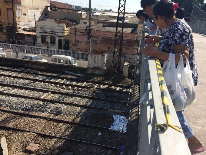 Jovem morre após tentar fazer selfie e cair de passarela em linha de trem no Rio