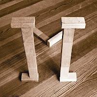 Takozlardan yapılmış M harfi