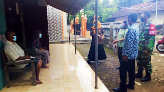 Babinsa Dampingi Tim Tracing Di Desa Binaan