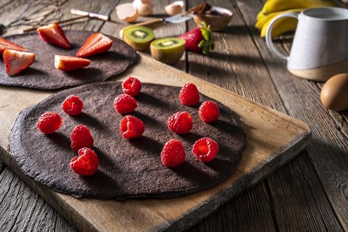 Fordított palacsinta Nutella-imádóknak: a tésztába kerül a mogyorókrém, mellé a friss gyümölcs