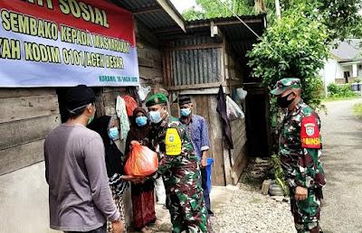 Bakti Sosial, Babinsa Koramil 18/Ingin Jaya Berikan Bantuan Sembako