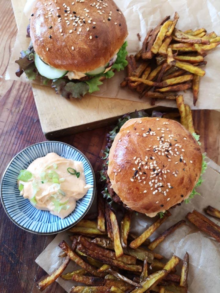 Veggie Burger mit Brioche Buns und Schwarzem Bohnen Pattie