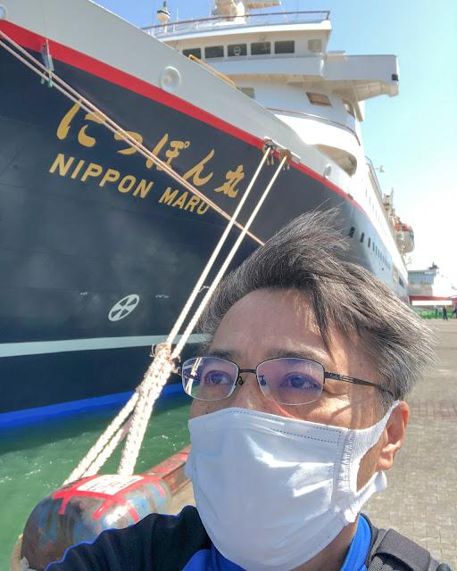 船体に赤いストライプ