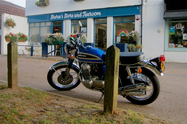 Honda CB750 outside the cafe tatsfield