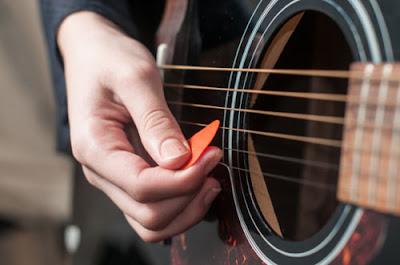 Dùng phím gảy chơi đàn guitar