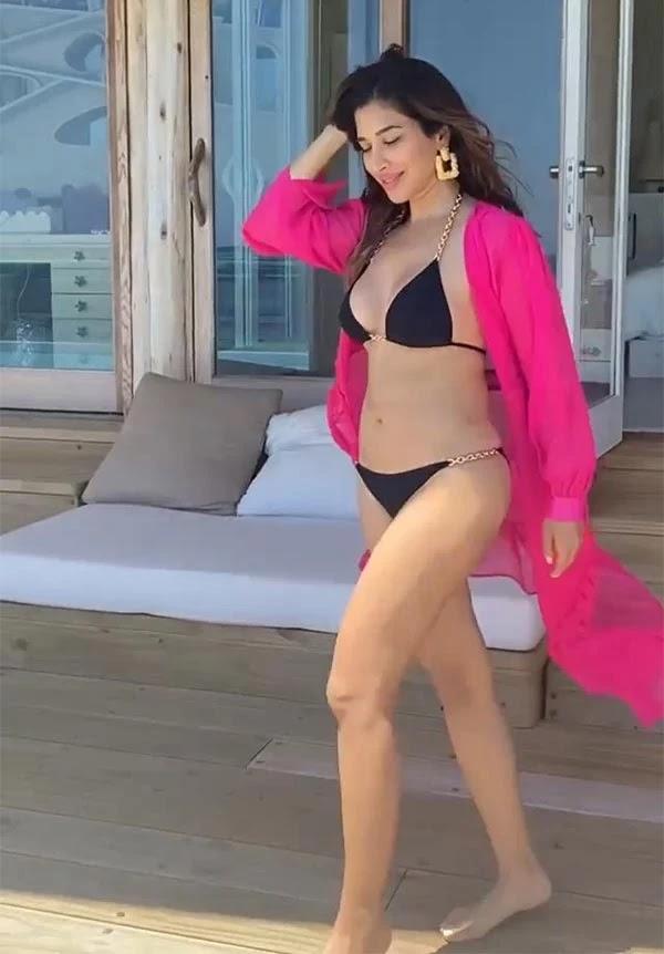 Sophie Choudry sets internet ablaze with latest bikini photos