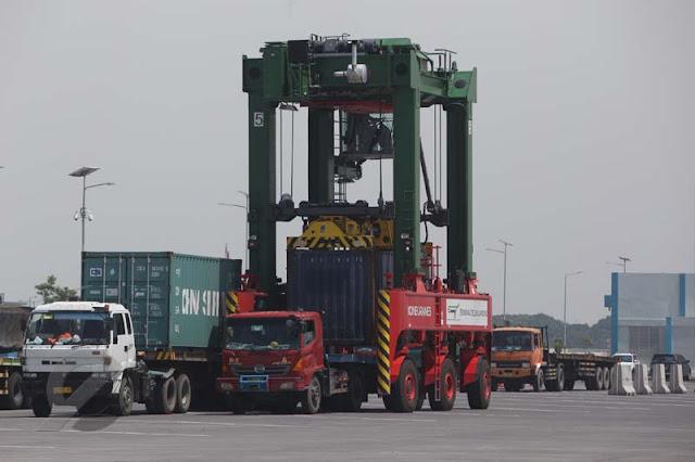Ilustrasi - Kegiatan ekspor impor di Jawa Timur.
