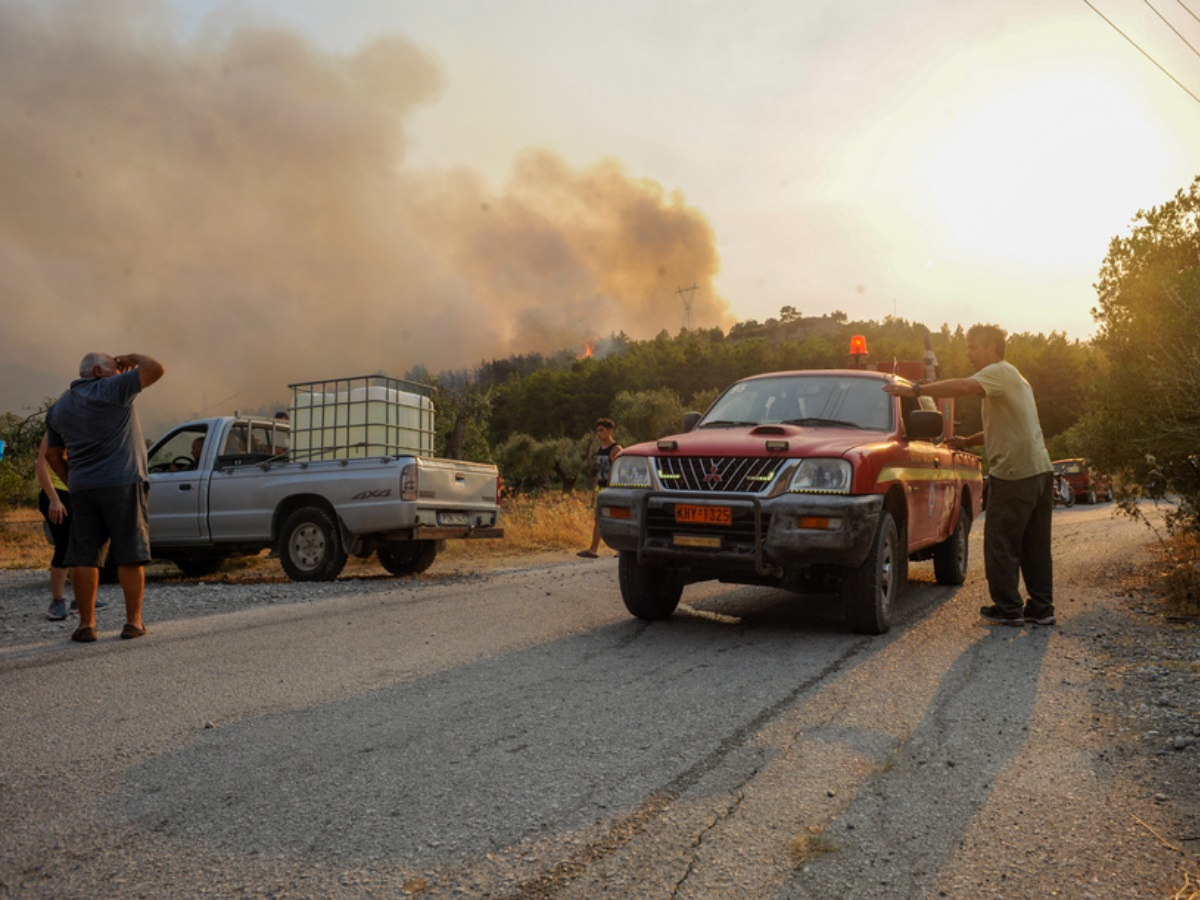 Φωτιά στη Ρόδο: Μαίνεται για δεύτερη μέρα – Εκκενώθηκαν οικισμοί