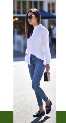 Unindo a calça jeans e a camisa branca, consegue-se uma combinação à prova de erros