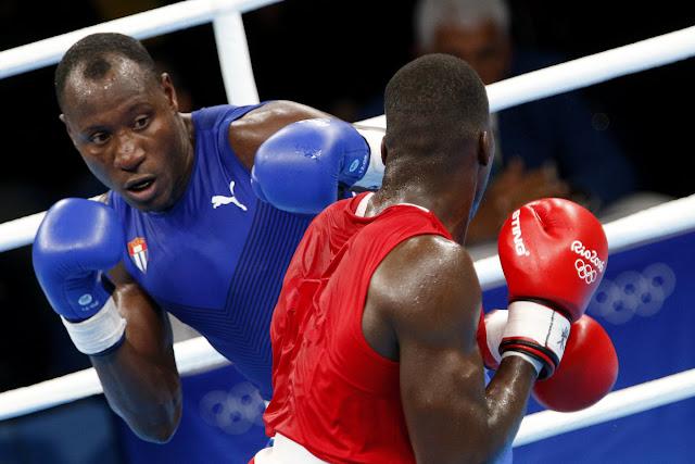 Erislandy Savón (azul) de Cuba, se enfrenta a Lawrence Okolie (rojo) de  Gran Bretaña, en las preliminares de la categoría de los 91 Kg del boxeo de los Juegos Olímpicos de Río de Janeiro, en el Pabellón 6 de Riocentro, en Barra de Tijuca,  Brasil, el 8 de agosto de 2016.