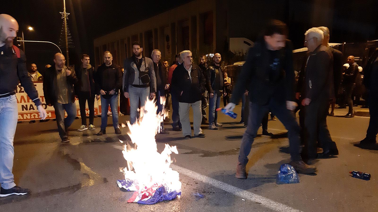[Ελλάδα]Αθήνα:Στην πυρά σημαίες των ΗΠΑ – ΕΕ έξω από την αμερικάνικη πρεσβεία