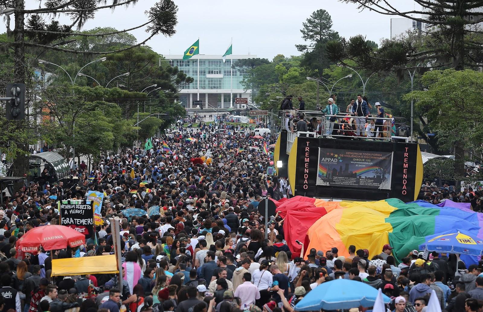 Mais de 40 mil pessoas participam da Parada da Diversidade em Curitiba