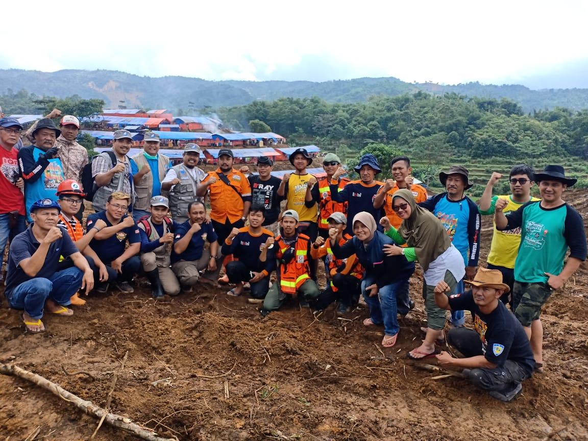 Relawan ARM dan WMI Bangun 12 MCK Umum untuk Korban Longsor Cileuksa