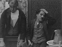 "Кадр из фильма Чарли Чаплина ""Бродяга"" / The Tramp (1915) - 15"