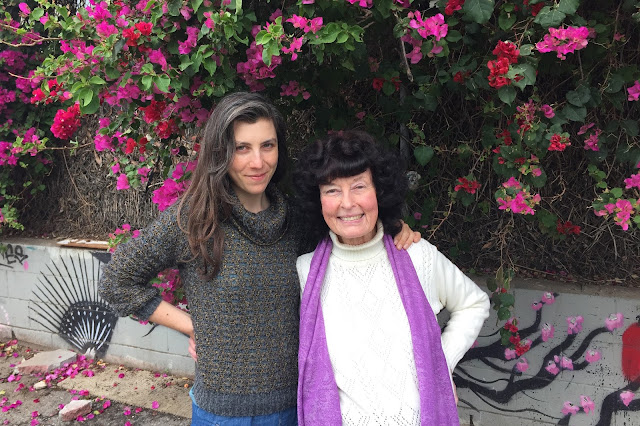 Hier is Linda Perhacs (met Julia Holter)