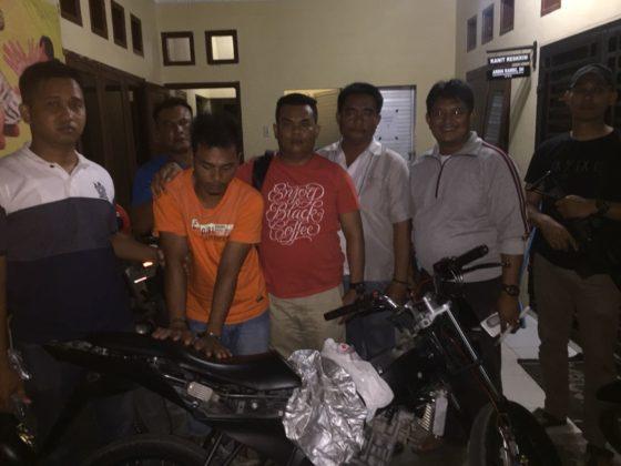 Tersangka pelaku begal di Asahan saat di kantor polisi.