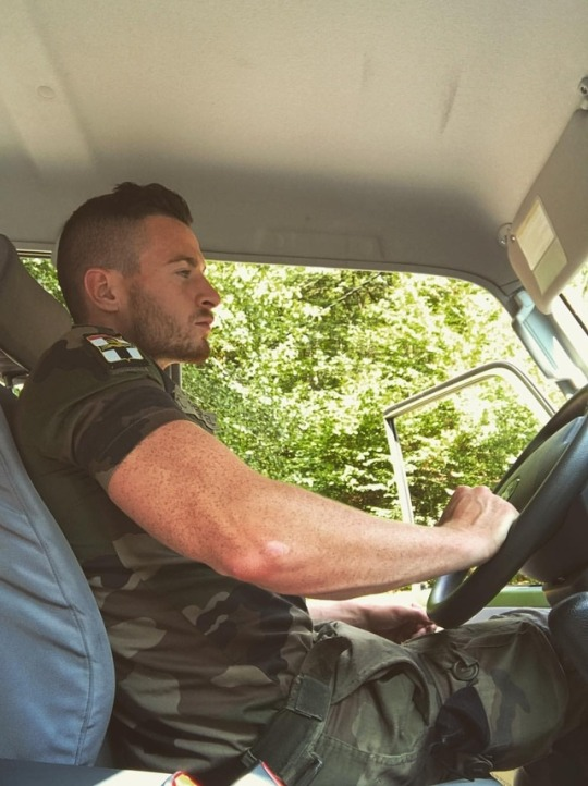 sexy-young-soldier-freckles-driving-car