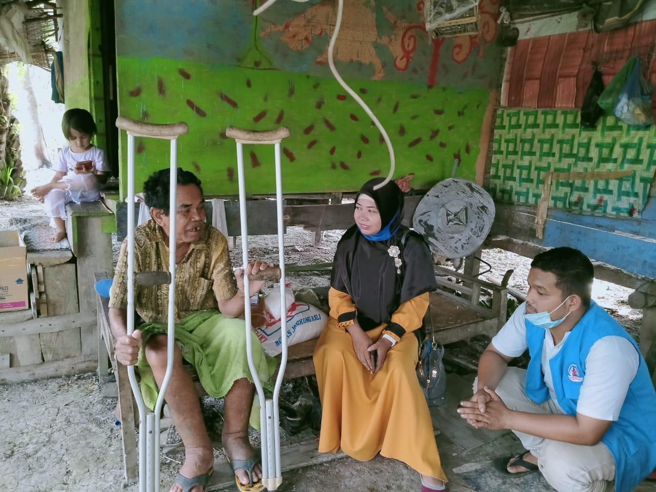 Abubakar, Dhuafa yang menderita pembekakan dua kaki yang hidup Tanpa Cahaya Listrik | Aceh Utara