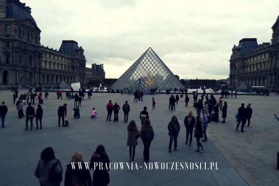 paryż plac przy luwrze