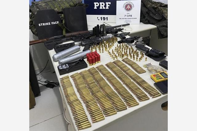 PRF e PMBA apreendem arsenal de guerra, explosivos e coletes balísticos na Bahia