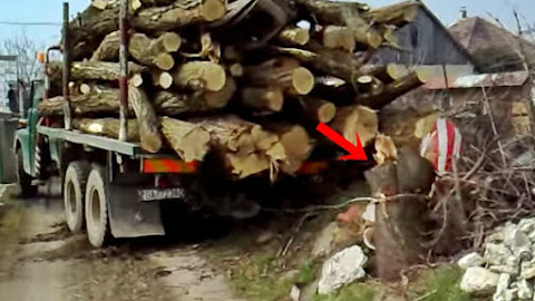 Caminhão arrancando toco árvore