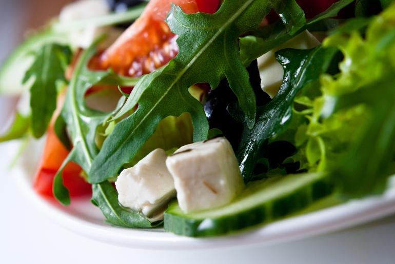 Ανάμεικτη σαλάτα με ρόκα, ντομάτα, λευκό τυρί και ηλιόσπορο
