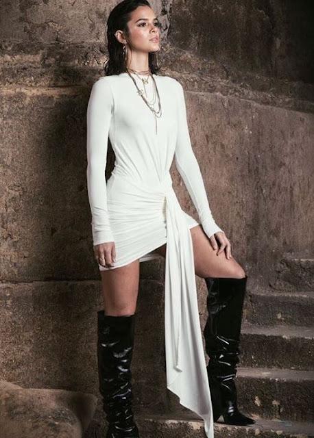 A atriz  e namorada do Neymar, Bruna Marquezine. Sempre está cada vez mais aparecendo com vestidos diferentes, lindos e cada um com um estilo e cores diferentes. Cada evento ela surpreende com uma peça de roupa nova e seus gostos peculiares que as vezes não agradam a todos, mas que agradam o mundo da moda que é oque geralmente as atrizes seguem. Mas ela fica linda de qualquer foram, então para se inspirar nessas peças incríveis da Bruna Marquezine é só conferir esses 10 looks maravilhosos.