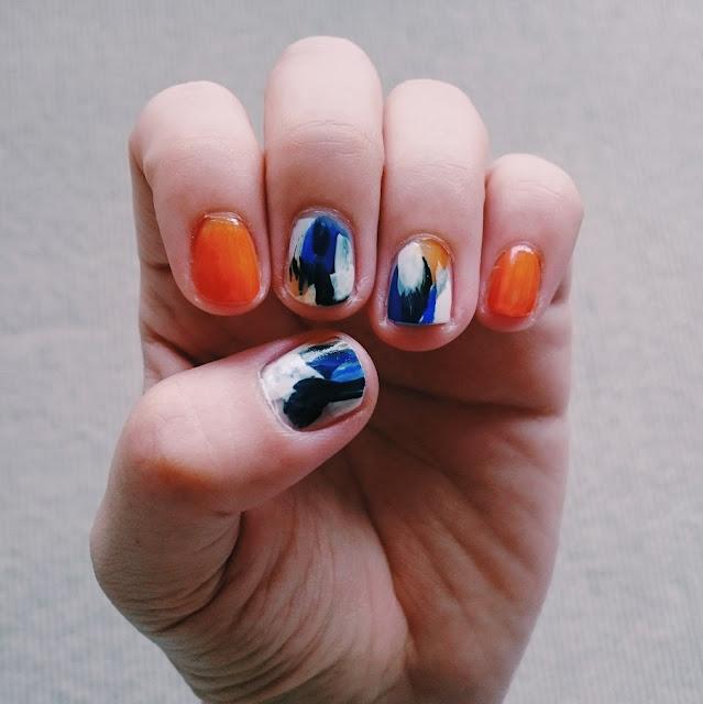 オレンジ・ ネイビー・ブルー・ホワイトのアート風セルフネイル。