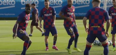 لاعبو برشلونة أثناء التدريبات
