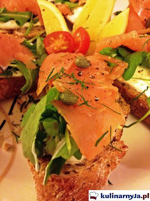 Bruschetta z wędzonym łososiem