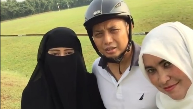 Ustad Arifin Ilham dan kedua istrinya