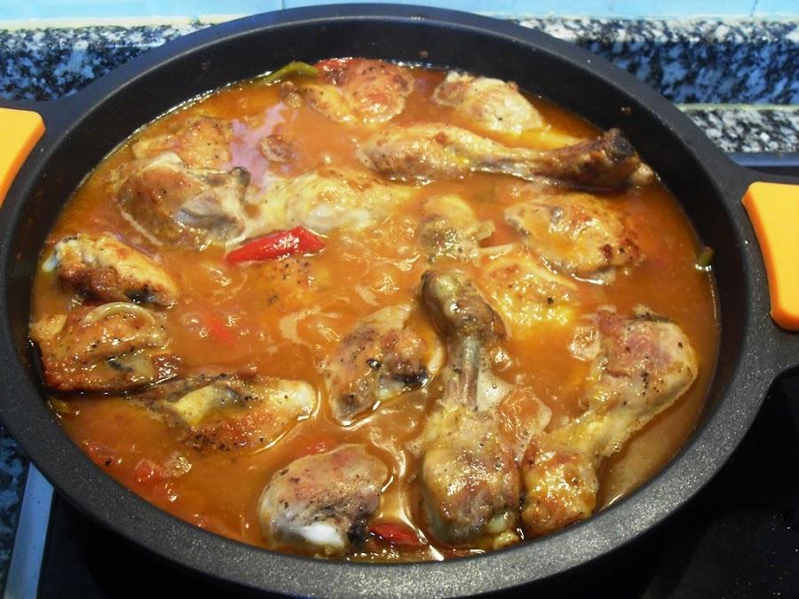 Guiso de pollo al chilindron con verduras y vino blanco