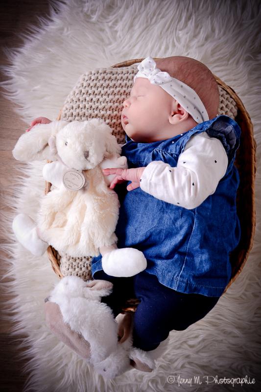 portrait bébé, prise de vue plongeante, photo nouveau né dans panier avec doudou lapin